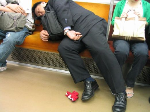 salaryman_asleep_on_the_tokyo_subway